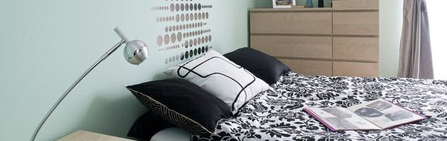 Pastelowa aranżacja sypialni ze skosami