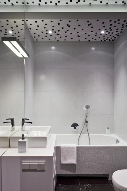 Łazienka black & white. Mała łazienka w kontraście