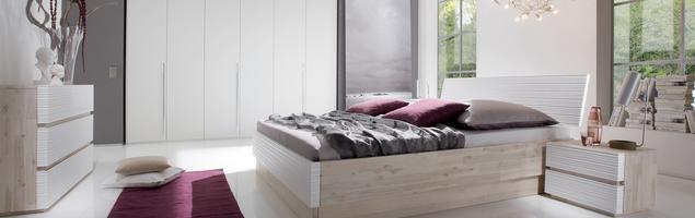 Jak urządzić sypialnię? Akacjowe łóżko drewniane