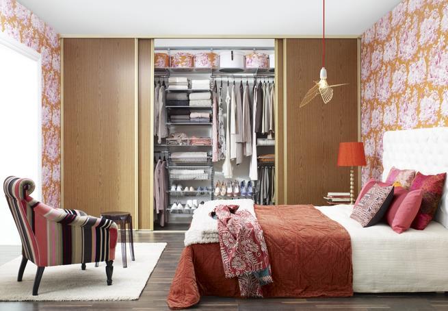 Sypialnia pod kontrolą. System zabudowy za drzwiami przesuwnymi