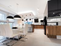 Biało-czarna kuchnia i drewniane meble kuchenne