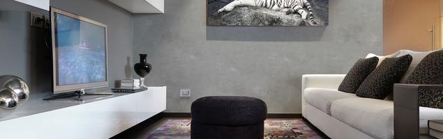 Szary beton na ścianie w nowoczesnych wnętrzach
