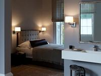 Połączenie aranżacji łazienki i sypialni - kinkiety do obu wnętrz
