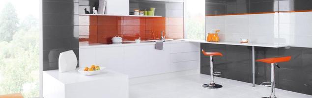 Aranżacja kuchni opisana kolorem. Białe meble na szarych ścianach
